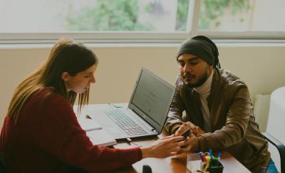 Το Γραφείο Απασχόλησης του ΕΣΠ στηρίζει τους πρόσφυγες και το νέο έτος